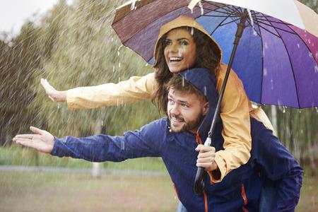 lluvia paraguas: Par en la lluvia