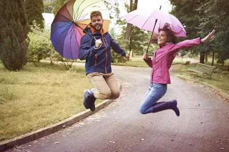 uomo sotto la pioggia: Sotto la pioggia ci sentiamo come bambini