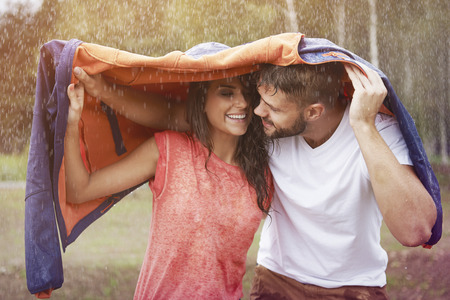donna innamorata: Tempo romantico nella pioggia