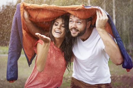 pareja abrazada: Est�s a salvo debajo de la chaqueta
