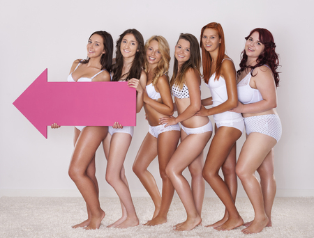 niñas en ropa interior: Chicas naturales en la ropa interior que señala por la flecha de color rosa