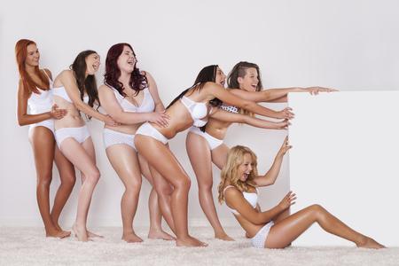 mujer desnuda sentada: Niñas felices en la ropa interior tirando pizarra