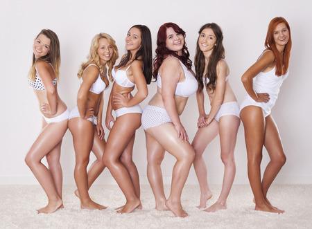 Groep van gelukkige vrouwen toont hun prachtige lichaam Stockfoto - 32130944