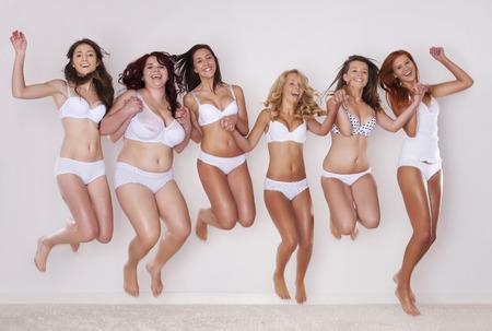 ジャンプ幸せな女性のグループ