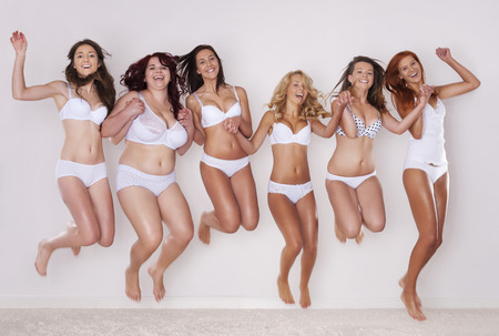 Groep gelukkige vrouwen springen