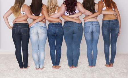 Groep gelukkige vrouwen tonen hun rug Stockfoto