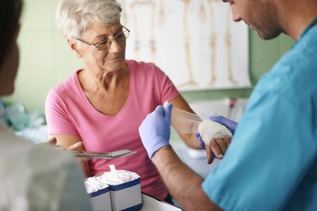 Senior femme avec un bandage sur la main Banque d'images - 32503028