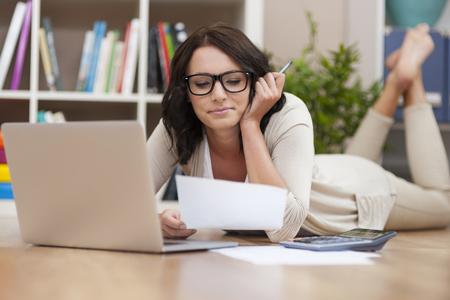 trabajando en casa: Trabajar en casa puede ser muy c�modo Foto de archivo
