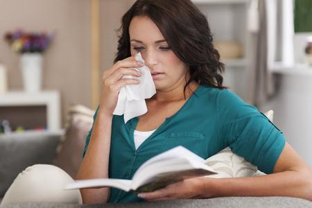 mujer leyendo libro: Este libro es tan triste