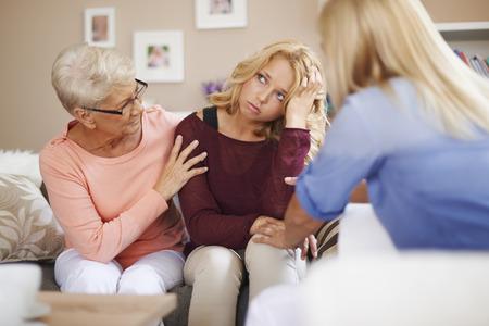apoyo familiar: Las mujeres siempre se ayudan entre sí Foto de archivo