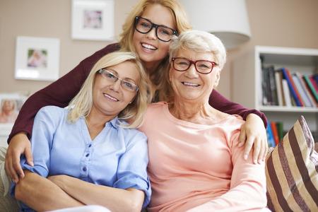 vrouw blond: Onze familie houdt bril Stockfoto