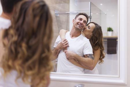novios besandose: Feliz pareja en el ba�o
