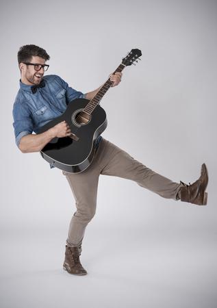 pies bailando: Hombre jugando con la guitarra Foto de archivo