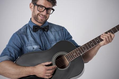 flirting: Playing on guitar is symbol of romantic man