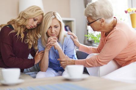 dos personas platicando: La presencia de la familia es el mayor apoyo