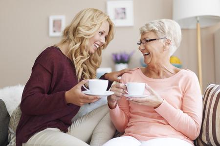 dos personas platicando: La abuela es mi mejor amigo