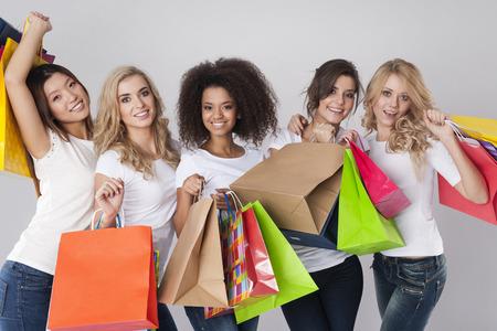 mujeres morenas: Ir de compras es la mejor medicina para las mujeres