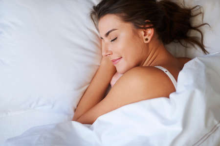 mujer en la cama: Los buenos sueños hacen su mejor día