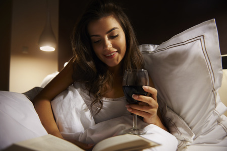 vino: Pac�fica noche cuando tengo tiempo s�lo para m� Foto de archivo