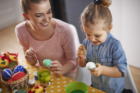 mujer hijos: Huevos de Pascua es nuestra tradición Foto de archivo