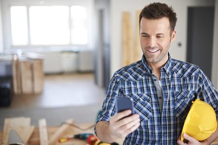 obrero trabajando: Negocios est� creciendo con Internet de alta velocidad en mi smartphone Foto de archivo