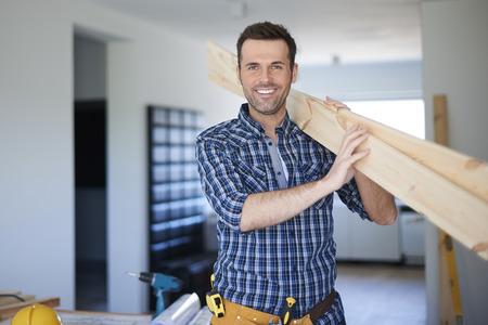trabajando en casa: Escritorios de madera para nueva estanter�a en buenas manos Foto de archivo