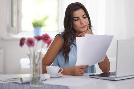 trabajando en casa: Mujer con las cuentas