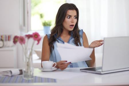 ショックを受けた女性の手形を支払う