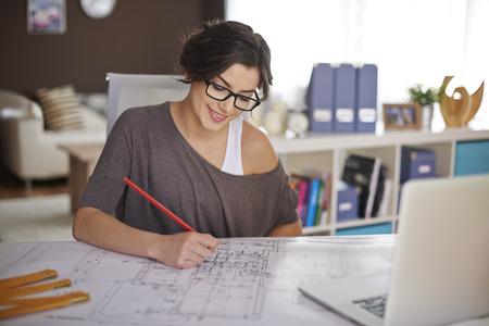 trabajando en casa: Freelancer durante el trabajo en la oficina en casa Foto de archivo