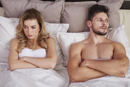 pareja en la cama: Grandes problemas en el matrimonio joven Foto de archivo