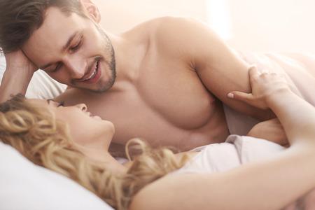 enamorados en la cama: El cuidar de mi mujer es mi prioridad
