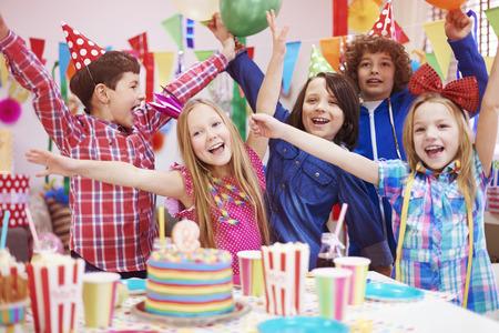 Het delen van geluk met vrienden op de partij Stockfoto
