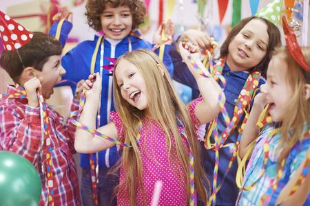 serpentinas: Bailando con los amigos en la fiesta de cumpleaños