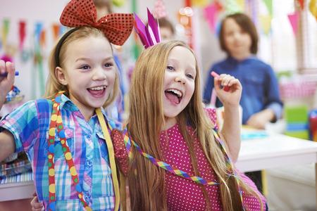 niñas sonriendo: Dancing reinas de la fiesta de cumpleaños Foto de archivo