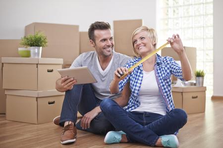 planificacion familiar: Pareja feliz en casa nueva sala de preparaci�n para nuevos muebles