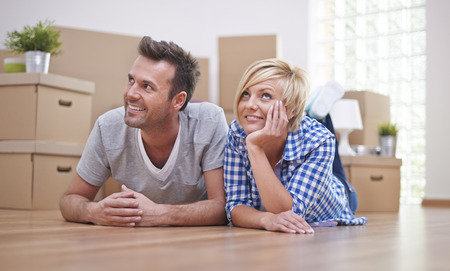 dream house: Happy couple in new house