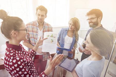 reunion de personas: Empresaria con las personas que tienen una discusi�n