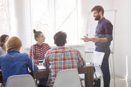 lideres: Los miembros del equipo tienen sesión de la reunión de negocios en conjunto