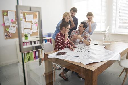 arquitecto: Equipo de negocios que tiene la lluvia de ideas juntos