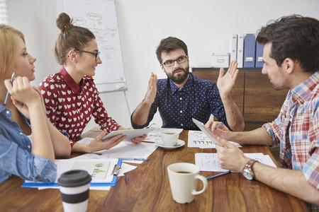gente sentada: Joven equipo, independiente y la creatividad en la reuni�n