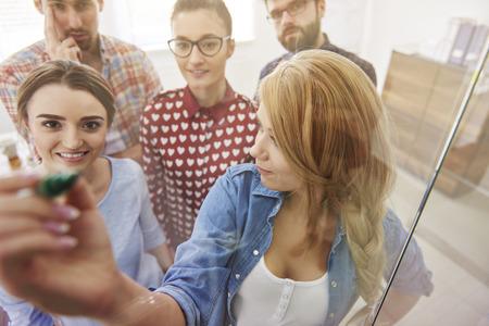 empleado de oficina: Equipo de negocios muestran miembro de la estrategia de la compa��a