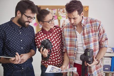 personas de pie: Reuni�n con otros fot�grafos en la oficina