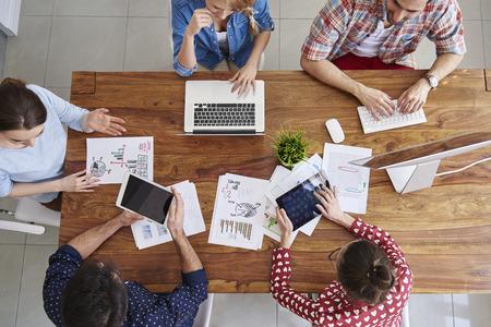 trabajo en equipo: Reunión de los compañeros de trabajo y la planificación de los próximos pasos de trabajo
