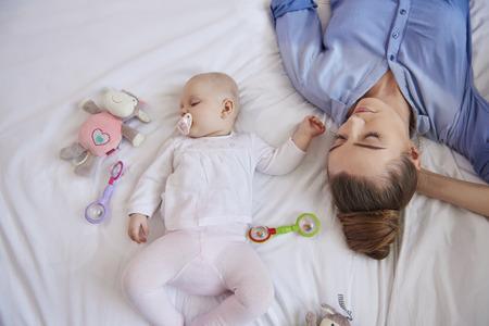 agotado: Madre de dormir con su bebé