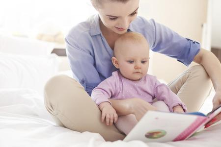 엄마와 함께 재미있는 이야기를 읽고 스톡 콘텐츠