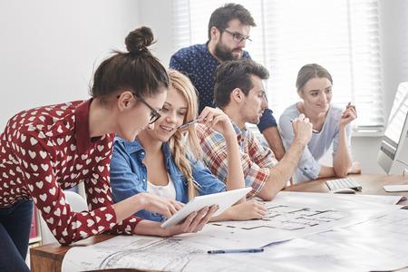 ouvrier: Jeune équipe d'architectes travaillant sur un nouveau projet