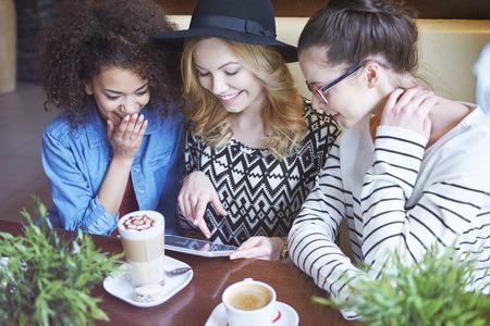 cafe internet: Internet wi-fi en el café Foto de archivo