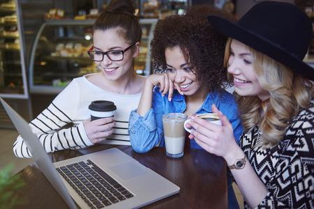 wifi internet: El uso de ordenador port�til con conexi�n inal�mbrica a Internet en la cafeter�a