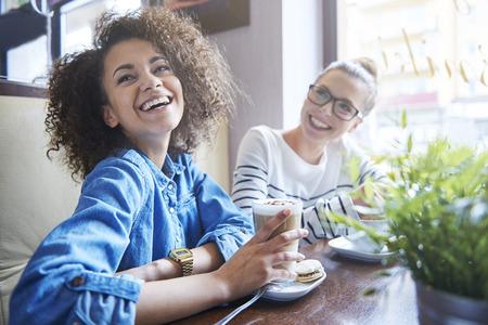 femme blonde: Rire est une fa�on pour le bonheur Banque d'images