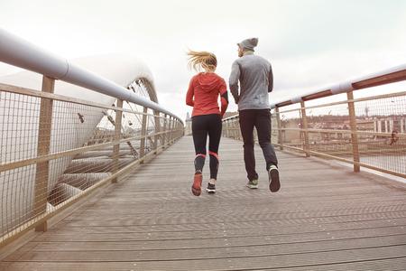 aktywność fizyczna: Zdrowy styl życia i aktywność fizyczna łączyć ludzi Zdjęcie Seryjne